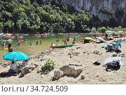 Пляж у арочного моста (Pont d'Arc) - естественного геологического образования на реке Ардеш (Ardèche). Франция. Стоковое фото, фотограф Вера Смолянинова / Фотобанк Лори