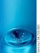Dripping water on a blue background. Стоковое фото, фотограф Zoonar.com/Zoya Fedorova / easy Fotostock / Фотобанк Лори