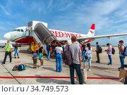 Посадка пассажиров в самолет «Аэробус» А320 авиакомпании Red Wings («Ред Вингс») в Международном аэропорту Краснодар имени Екатерины II (Пашковский) Редакционное фото, фотограф Владимир Сергеев / Фотобанк Лори