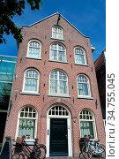 Altstadt Haus in Sneek. Friesland, Niederlande. Стоковое фото, фотограф Zoonar.com/Gabriele Sitnik-Schmach / easy Fotostock / Фотобанк Лори