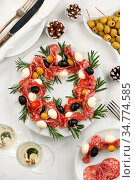 Christmas wreath - antipasto. Salami canapes with olives, baby mozzarella... Стоковое фото, фотограф Zoonar.com/Maryna Voronova / easy Fotostock / Фотобанк Лори