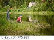 Мужчины ловят рыбу на берегу пруда. Редакционное фото, фотограф Игорь Низов / Фотобанк Лори
