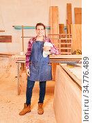 Junge Frau als Handwerker Lehrling macht Ausbildung zum Tischler ... Стоковое фото, фотограф Zoonar.com/Robert Kneschke / age Fotostock / Фотобанк Лори
