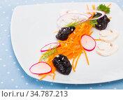 Salad with grated carrot. Стоковое фото, фотограф Яков Филимонов / Фотобанк Лори