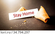 An image of a fortune cookie with message stay home. Стоковое фото, фотограф Zoonar.com/magann / easy Fotostock / Фотобанк Лори
