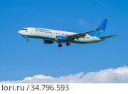 "Boeing 737-800 (VP-BPJ) авиакомпании ""Победа"" на глиссаде на фоне голубого неба. Редакционное фото, фотограф Виктор Карасев / Фотобанк Лори"
