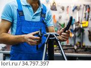 Bicycle repair in workshop, crank installation. Стоковое фото, фотограф Tryapitsyn Sergiy / Фотобанк Лори