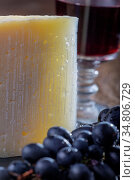 Scheibe spanischer Manchego-Käse mit Wein. Стоковое фото, фотограф Zoonar.com/Bernd Juergens / easy Fotostock / Фотобанк Лори