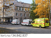 Perm, Russia - October 01, 2020: ambulances with COVID-19 patients queued up in front of the hospital admission department due to the workload of doctors. Редакционное фото, фотограф Евгений Харитонов / Фотобанк Лори