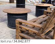 Скамейка из паллет и столы из бочек. Стоковое фото, фотограф Вячеслав Палес / Фотобанк Лори