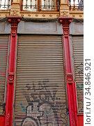 Metal shutter, Ciutat Vella, Barcelona, ??Catalonia, Spain. Стоковое фото, фотограф Alfred Abad / age Fotostock / Фотобанк Лори