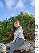 EIght year old girl climbing a tree, San Diego, California. Стоковое фото, фотограф Julia Hiebaum / age Fotostock / Фотобанк Лори