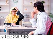Female arab patient visiting male doctor. Стоковое фото, фотограф Zoonar.com/Elnur Amikishiyev / easy Fotostock / Фотобанк Лори