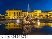 Brunnen im Ehrenhof von Schloss Schönbrunn in der Abenddämmerung, ... Стоковое фото, фотограф Peter Schickert / age Fotostock / Фотобанк Лори