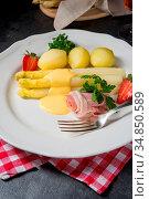 Asparagus with light ham and bechamel sauce. Стоковое фото, фотограф Zoonar.com/Darius Dzinnik / easy Fotostock / Фотобанк Лори