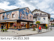 OBERAMENGAU, BAVARIA, GERMANY - 10 OCTOBER, 2017: Street view of the city of Oberamengau, where typical Bavarian houses are painted with frescoes. Редакционное фото, фотограф Сергей Фролов / Фотобанк Лори