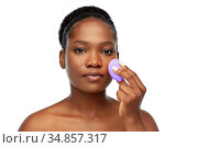 african american woman with make up sponge. Стоковое фото, фотограф Syda Productions / Фотобанк Лори