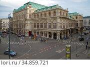 Вид на здание Венской оперы облачным апрельским днем. Вена, Австрия (2018 год). Редакционное фото, фотограф Виктор Карасев / Фотобанк Лори