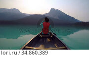 Man travelling on boat in lake 4k. Стоковое видео, агентство Wavebreak Media / Фотобанк Лори