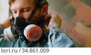 Man wearing gas mask 4k. Стоковое видео, агентство Wavebreak Media / Фотобанк Лори