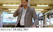 Businessman talking on mobile phone in office 4k. Стоковое видео, агентство Wavebreak Media / Фотобанк Лори