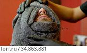 Man getting face massage at hair salon 4k. Стоковое видео, агентство Wavebreak Media / Фотобанк Лори