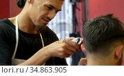 Man getting his hair cut by hairdresser 4k. Стоковое видео, агентство Wavebreak Media / Фотобанк Лори