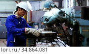 Male engineer working on a machine 4k. Стоковое видео, агентство Wavebreak Media / Фотобанк Лори