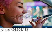 Pink hair woman talking on mobile phone in car 4k. Стоковое видео, агентство Wavebreak Media / Фотобанк Лори