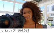 Model holding camera in photo studio 4k. Стоковое видео, агентство Wavebreak Media / Фотобанк Лори