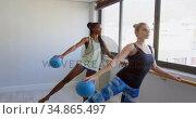 Group of women exercising on the barre 4k. Стоковое видео, агентство Wavebreak Media / Фотобанк Лори