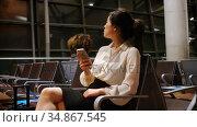 Commuter using mobile phone in waiting area 4k. Стоковое видео, агентство Wavebreak Media / Фотобанк Лори