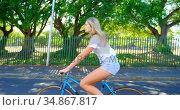 Woman riding a bicycle in the street 4k. Стоковое видео, агентство Wavebreak Media / Фотобанк Лори
