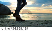 Women walking on beach 4k. Стоковое видео, агентство Wavebreak Media / Фотобанк Лори