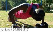 Female athlete doing push ups in the park 4k. Стоковое видео, агентство Wavebreak Media / Фотобанк Лори