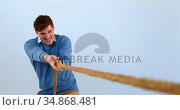 Man pulling a rope tug of war 4k. Стоковое видео, агентство Wavebreak Media / Фотобанк Лори