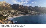 Houses and mountain ranges along the sea coast 4k. Стоковое видео, агентство Wavebreak Media / Фотобанк Лори
