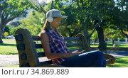 Woman listening music in park 4k. Стоковое видео, агентство Wavebreak Media / Фотобанк Лори