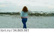 Woman walking on beach at dusk 4k. Стоковое видео, агентство Wavebreak Media / Фотобанк Лори