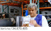 Male mechanic having coffee 4k. Стоковое видео, агентство Wavebreak Media / Фотобанк Лори