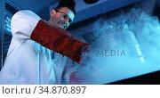 Scientist stirring chemical in mortar and pestle 4k. Стоковое видео, агентство Wavebreak Media / Фотобанк Лори