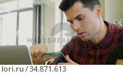 Mechanic checking diameter of chain ring with vernier calipers 4k. Стоковое видео, агентство Wavebreak Media / Фотобанк Лори