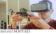 Mechanic holding chain ring while using virtual reality headset 4k. Стоковое видео, агентство Wavebreak Media / Фотобанк Лори