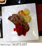 Veal sirloin steak with stewed pepper and boiled potatoes. Стоковое фото, фотограф Яков Филимонов / Фотобанк Лори