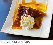 Apple pie with whipped cream. Стоковое фото, фотограф Яков Филимонов / Фотобанк Лори