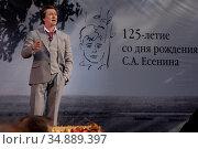 Народный артист России Сергей Витальевич Безруков, читает на сцене Сергея Есенина. Редакционное фото, фотограф Андрей Дегтярёв / Фотобанк Лори