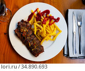 Spicy grilled veal with French fries and ketchup. Стоковое фото, фотограф Яков Филимонов / Фотобанк Лори