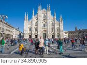 У собора Рождества Девы Марии (Duomo di Milano) солнечным днем. Милан, Италия (2017 год). Редакционное фото, фотограф Виктор Карасев / Фотобанк Лори