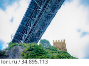 A fragment of the fortress tower and Maria Pia Bridge over the river Duoro in Porto, Portugal, built in 1877 and attributed to Gustave Eiffel (2018 год). Стоковое фото, фотограф Сергей Фролов / Фотобанк Лори