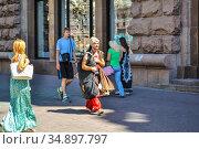 Люди на Крещатике, центральной улице города Киева, в солнечный летний день. Украина (2012 год). Редакционное фото, фотограф Владимир Устенко / Фотобанк Лори